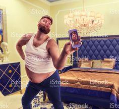 Fat glamour homme prend une autophoto photo libre de droits