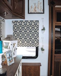Just like traditional homes, window blinds can be custom-made for houseboats and RVs. Custom blinds are more durable, and will fit the size of smaller windows to your specifications. Camper Blinds, Camper Windows, Blinds For Windows, Window Blinds, Rv Curtains, Cellular Blinds, Woven Wood Shades, Custom Blinds, Diy Blinds