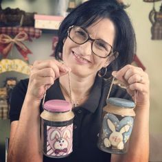 Próxima aula dia 30/01 às 19h: um vidro cesta de Páscoa!  Você gostou? Curte e compartilha!   Bom finde! Beijo!  #pintura #pinturacountry #artesanato #decoupage Mason Jar Crafts, Mason Jar Diy, Bottle Crafts, Easter Crafts For Kids, Easter Gift, Painted Tin Cans, Shabby Chic Art, Christmas Rock, Country Paintings