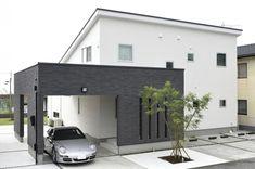白壁に黒いガレージが調和するモノトーンの家は、大きな片流れの屋根が特徴。 片流れ屋根を生かしたダイナミックな天井を眺めるリビング・広い玄関ホール。空間のダイナミ...