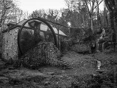 meunier, tu dors.... (5 photos)  au moulin de Keriolet dans un vallon à quelques dizaines de mètres de la mer, tout près de la Pointe du Millier © Paul Kerrien  http://toilapol.net #Bretagne #Finistere #BZH