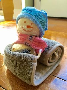 How cute is this as a gift? 1 Norwex back scrubber 2 Norwex wool dryer balls 2 Norwex travel size envirocloths She wrapped the dryer balls in Saran Wrap and used sharpie on wrap to make face and buttons. Held together using sewing pins. Norwex Biz, Norwex Cleaning, Norwex Products, Cleaning Products, Cleaning Tips, Norwex Vendor Display, Homemade Gifts, Diy Gifts, Norwex Party