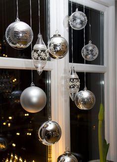déco-Noël-faire-soi-même-accrocher-fenêtre-boules-argentées
