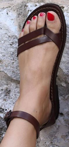 Sandals Summer Sandals - I want them:-) More - There is nothing more comfortable and cool to wear on your feet during the heat season than some flat sandals. Cute Sandals, Shoes Sandals, Women's Flats, Sandals Outfit, Heeled Sandals, Women's Flat Sandals, Brown Sandals, Flat Shoes, Sandals 2018