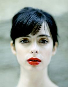 Krysten Ritter hair and makeup, side swept bangs with bright red lips, classic makeup style Krysten Ritter, Heavy Bangs, Foto Portrait, Peinados Pin Up, Dark Eyes, Pale Skin, Red Lips, Plum Lips, Glossy Lips