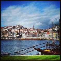 Traverser le Ponte Luis I à Vila Nova de Gaia marginal. Ici, vous trouverez toutes sortes de bars et de restaurants, avec vue panoramique sur le port. Parfait pour un diner romantique…