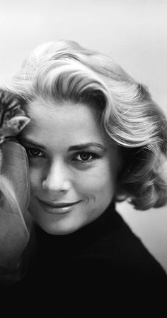 Grace Kelly: In the there were two types of blonds in Hollywood: the HOT blond, symbolized by Marilyn Monroe. epitomized by Grace Kelly. Hollywood Glamour, Hollywood Stars, Classic Hollywood, Old Hollywood, Albert Von Monaco, Divas, Timeless Beauty, Classic Beauty, Hollywood Actresses