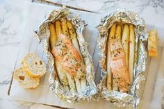Salmon packs with asparagus recipe A Food, Good Food, Food And Drink, Yummy Food, Salmon And Asparagus, Asparagus Recipe, Seafood Recipes, Cooking Recipes, Healthy Recipes