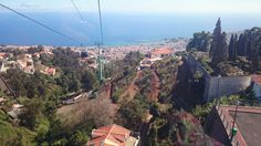 Teleférico do Funchal. Su curso inclinado, que se prolonga durante 15 minutos, es de 3718 metros y posee una vertical de 560 metros. Sus 39 cabinas, con 8 asientos cada una, puede transportar a 800 pasajeros por hora, y la velocidad reducida en ambas estaciones facilita a los pasajeros discapacitados subir abordo. http://www.telefericodofunchal.com/ #Madeira #Portugal #Funchal #Teleferico #Monte