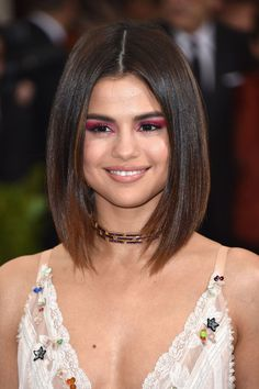 This is the biggest hair trend at the 2017 Met Gala. We love how all out everyone goes for the Met, and we love to see the hair and makeup trends that are kicking off for Summer. We love this tinted lob on Selena Gomez. Straight Bob Haircut, Long Bob Haircuts, Summer Haircuts, Celebrity Hairstyles, Bob Hairstyles, Selena Gomez Hairstyles, Selena Gomez Makeup, Selena Gomez Bob, Petite Blonde