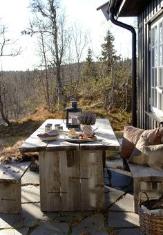 lunchlatte:  outdoor dining table + Norwegian cottage | Interiør Magasinet