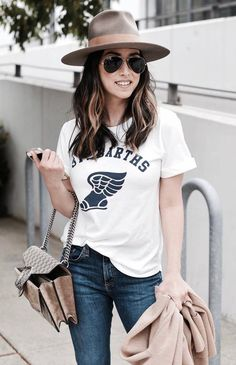 casual style addict / hat + printed t-shirt + jeans + bag