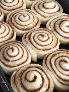 Quick 45 Minute Cinnamon Rolls Soft and fluffy cinnamon rolls are made completely from scratch and are ready in just 45 minutes! I shared my soft cinnamon rolls recipe a few years back and I've been getting so many comments Quick Cinnamon Rolls, Cinnamon Bun Recipe, Overnight Cinnamon Rolls, Quick Rolls, Cinammon Rolls, Biscuit Cinnamon Rolls, Cinnamon Roll Icing, Pie Crust Cinnamon Rolls, Cinnamon Rolls Without Yeast