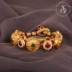 Dubai Gold Jewelry, 18k Gold Jewelry, Royal Jewelry, Antique Jewelry, Indian Jewelry, Gold Jhumka Earrings, Jewelry Design Earrings, Gold Jewellery Design, Designer Jewelry