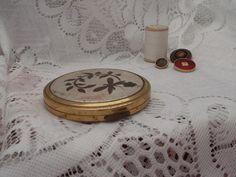 Franse poederdoos jaren '50 http://www.hetvrolijkedametje.nl/vintage/vintage-mode/