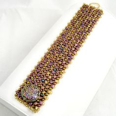 Great herringbone cuff. Love the alternating square/triangle beads with round. I think I have the same vintage buttons!