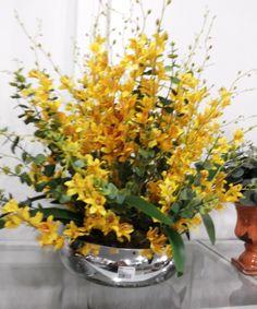 Orquídea Dançante amarela, vaso de vidro metalizado prata,folhagens, musgos, (LANÇAMENTO). OBS: RECOMENDO FRETE E-SEDEX, POR SER FRAGÍL.