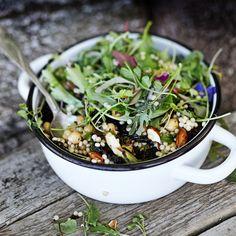 Voit paahtaa salaattiin myös muita kasviksia, esimerkiksi porkkanaa ja paprikaa. Juustokin käy.
