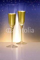 Silvester, Sektgläser vor blauem Hintergrund, Geburtstag