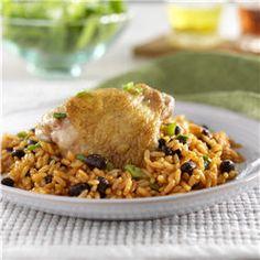 Arroz y Frijoles con Pollo... Pollo sazonado, servido sobre arroz tierno y frijoles