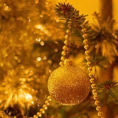 Fabriquer des boules de Noël en perles, des ornements faits maison - Faire soi-même des décorations pour le sapin de Noël avec les enfants en perles de nacre, de cristal ou encore en sequin. Quel plaisir pour tous de créer des ornements personnalisés pour réussir un beau arbre de Noël.