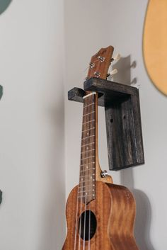 This modern DIY wall mount guitar holder is perfect for displaying your guitars . This modern DIY Diy Guitar Stand, Guitar Display, Guitar Wall Hanger, Guitar Rack, Guitar Hooks, Guitar Storage, Guitar Decorations, Music Studio Room, Diy Wall