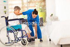 jonge verzorger helpen oudere vrouw op rolstoel — Stockbeeld #19561973