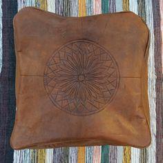 Le pouf marocain authentique en cuir de vachette est confectionné à la main et fait partie intégrante de la tradition marocaine. Utilisé comme assise, repose pied ou objet deco, ce pouf donnera une touche ethnique à votre intérieur grâce à son ton naturel et ses motifs traditionnels.