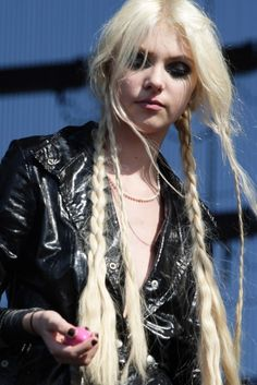 Gossip Girl`s Taylor Momsen is here. Check her latest hairstyles and read the cool article about her style. Many photos + interesting information. All here in the page