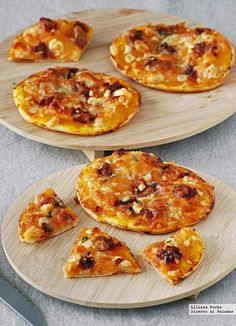 pumpkin pizzas with blue cheese and sobrasada: easy recipe ideal to vary the typical flavors - Tartas saladas y pizzas - Gourmet Recipes, Vegan Recipes, Cooking Recipes, Mini Pizzas, Calabaza Recipe, Pumpkin Pizza, Pumpkin Pumpkin, Mini Pumpkins, Blue Cheese