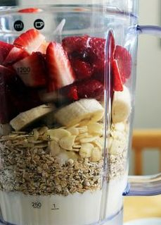 Healthy Fruit and Oat Smoothie 1 cup quartered strawberries 1 sliced banana ¼ cup raw almonds ½ cup of oats 1 cup low-fat vanilla yogurt 1 teaspoon of honey cinnamon View Recipe More Recipes Healthy Fruits, Healthy Smoothies, Healthy Drinks, Healthy Snacks, Healthy Eating, Healthy Recipes, Smoothie Recipes With Oats, Smoothies With Oats, Yogurt Smoothies