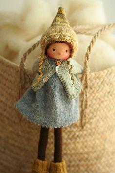 Handgefertigte Puppe nach Waldorf-Pädagogik. Die Puppe Gretchen ist 14(36 cm) lang. Ihr Kopf ist im traditionellen Stil der Waldorf gemeißelt; der Kopf ist aus 100 % Baumwoll-Jersey aus Niederlande gemacht. Augen und Mund sind von Hand bestickt. Gretchen ist ein neuer Stil 14