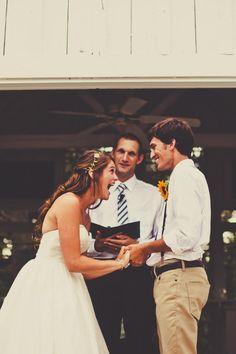 Awh isso é adorável! Eu amo o headband da flor e da simplicidade do noivo.