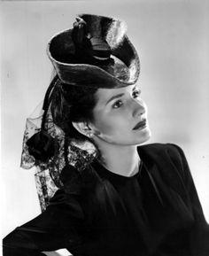Brenda Marshall Vintage Hollywood, Classic Hollywood, Brenda Marshall, Black White Photos, Black And White, 1940s Fashion, Old Movies, Vintage Beauty, Fashion History