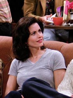 Monica Friends, Courtney Cox, Ross Geller, Phoebe Buffay, Bts Inspired Outfits, Friends Moments, Chandler Bing, Rachel Green, Retro Outfits