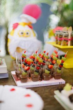 Palitos de frutas variadas com chocolate ao leite derretido! Simples, lindo e delicioso ♥ Fazendo a Festa no GNT - festa da coruja cozinheira