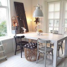 ✖ H A P P Y E V E N I N G ➕ ▫b l a c k & w h i t e & w o o d▫ Zwart, wit & hout, mijn favoriete combinatie dat verveelt mij nooit Ik wens jullie een gezellige avond!  #myhome #homedecoration #brocante #interiorstyling #homedeco #mynordicroom #inspiration #wood #window #scandinavianinterior #flairnl #interiorandhome #table #ilovemyinterior #interior #inredning #interiør #vtwonenbijmijthuis #interiordecor #candle #myhometoinspire #countryliving #nordicliving #industrial #interior4all...