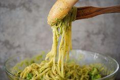 Nudeln mit grüner Soße / Avocado & Brokkoli / 20 Minuten Essen Bastilla, Asparagus, Spaghetti, Food And Drink, Healthy Recipes, Healthy Food, Chicken, Vegetables, Ethnic Recipes