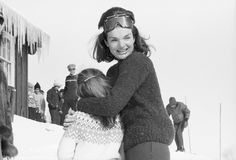 Iconic Jackie Kennedy Pictures - Best Photos of Jackie O's Life Caroline Kennedy, Jacqueline Kennedy Onassis, Estilo Jackie Kennedy, Jaqueline Kennedy, Ethel Kennedy, Kennedy Jr, Fashion Show Dresses, American First Ladies, Slim Aarons