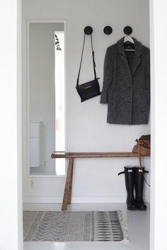 室内のクローゼット付近に置きがちな全身鏡ですが、靴まで含めたトータルコーディネートが見れる玄関に全身鏡を取り付けてみると、しっかり身だしなみをチェックしてから出かけられます。