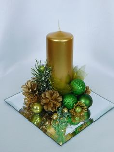 In this DIY tutorial, we will show you how to make Christmas decorations for your home. Christmas Candle Decorations, Christmas Flower Arrangements, Christmas Flowers, Diy Christmas Ornaments, Christmas Wreaths, Deco Table Noel, Christmas Craft Projects, Theme Noel, Jar Centerpieces