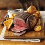 Tipico piatto della tradizione anglosassone, il roast-beef all'inglese è un secondo piatto di arrosto che viene cucinato a fuoco vivo e poi in forno.