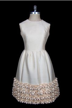 Balenciaga Sleeveless Ivory Silk Dress, Be A Complete Unique With These 50 Outta-Sight Vintage Frocks Simply Fashion, Timeless Fashion, Fashion Beauty, Classic Fashion, Fashion Goth, Vintage Gowns, Vintage Outfits, Vintage Clothing, 1960s Fashion