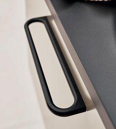 Inspireret af signetringe / geometriske former. De kan med fordel bruges sammen eller alene. Luck 160 mm er hovedsageligt til køkkener og badeværelser. Luck 32 mm er ideel til garderobeskabe, og fungerer begge godt i et kontormiljø. Cupboard Handles, Door Handles, Light Architecture, Sorting, Kitchenware, Industrial Design, Plastic Cutting Board, Woodworking, Detail