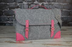 He encontrado este interesante anuncio de Etsy en https://www.etsy.com/es/listing/181304708/macbook-pro-15-inch-bag-felt-laptop-bag