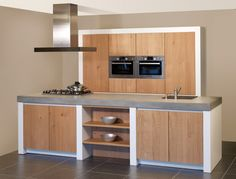 Een design keuken in combinatie met de warmte van hout of met RVS. Kitchen Modular, Modern Kitchen Cabinets, Kitchen Interior, Concrete Kitchen, Wooden Kitchen, Bakery Kitchen, New Kitchen, Casa Hipster, White Wood Kitchens