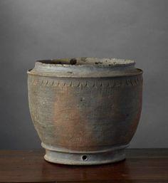 POT VIETNAM, DYNASTIE DES LY (1010-1225) Grès, H. 15 cm. Pot sans couverte à…