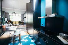 Une cuisine de style qui mixe le noir et le turquoise