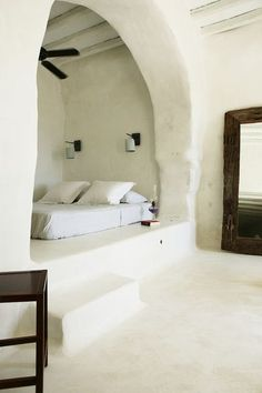 Mediterranean bedroom with a minimalist contemporary design and an impressive alcove bed Alcove Bed, Bed Nook, Bedroom Nook, Greek Bedroom, Master Bedroom, Cozy Nook, White Bedroom, Bedroom Decor, Calm Bedroom