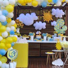 Decor super fofa para um dia de Sol! ☀️ ☀️ #Repost @dueeventos_ ・・・ Um lindo dia de sol para comemorar o aniversário de uma princesa! ☀️ por #dueeventos_ #raiodesol #festaraiodesol @cenariofesta @camila_brigadeiros_gourmet @casadossonhosff @bebellacookieria @mariboloscriativos @feitoamaopaperdesign #maedemenino #festademenino #maedemenina #festademenina #kidspartyideas #kidsparty #festainfantil #festasol #festayouremysunshine #youremysunshine Minnie Mouse Birthday Theme, First Birthday Party Themes, 1st Birthday Cake Smash, Birthday Themes For Boys, 1st Boy Birthday, Birthday Decorations, Baby Shower Deco, Baby Boy Shower, Sunshine Birthday Parties